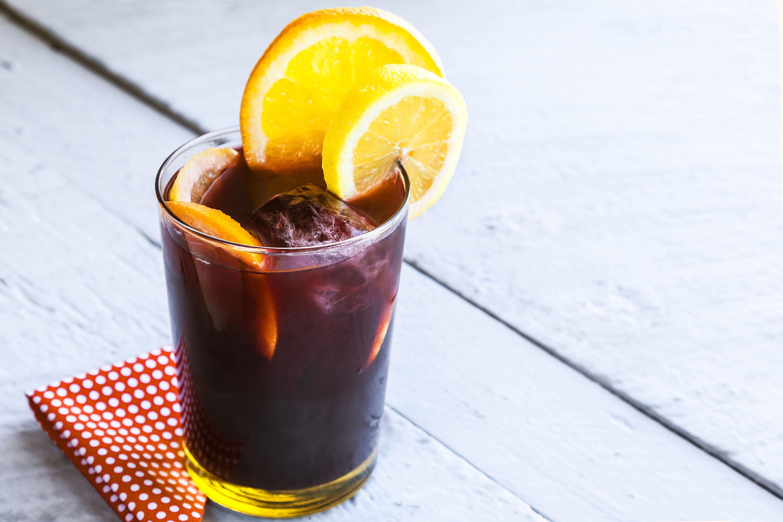 Vaso de tinto de verano con hielo y limón
